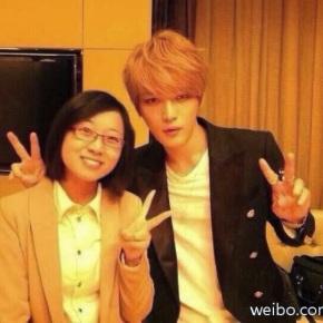 [PIC] 131208 Jaejoong avec la traductrice pour le concert àNanjing