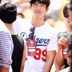 [PIC] 150503 Changmin au Dodger Stadium pour l'avant-match 'LA Dodgers vs ArizonaDiamondbacks'