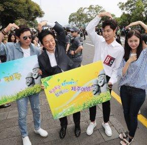 [PIC+VID] 170619 Yunho à Jeju avec ses collègues de la SMEntertainment