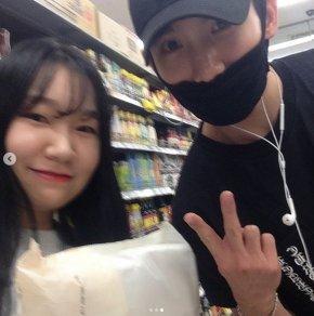 [PIC] 170821 Changmin pose dans un supermarchéjaponais