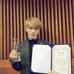 [PIC+VID] 171207 Jaejoong reçoit le prix du 'Popular Culture Singer' aux '2017 7th Korea WaveAwards'