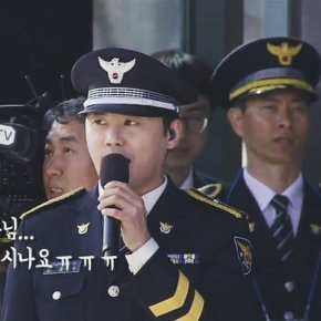 [PIC+VID] 180313 Junsu chante l'hymne national lors de la '2018 Inaugural Ceremony of Police University Graduates'