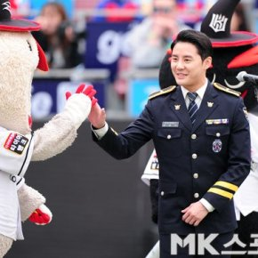 [PIC+FANCAM] 180401 Junsu interprète l'hymne national pour la '2018 KBO League' au KT Wiz Park de Suwon